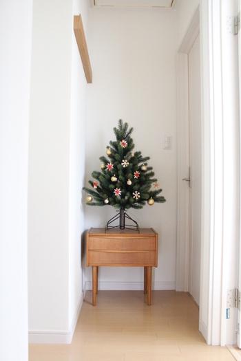 こちらは、北欧の伝統的なオーナメントを飾って。色味を限定して温かみのある木のオーナメントにすることで、こんなに素朴な印象のツリーに。