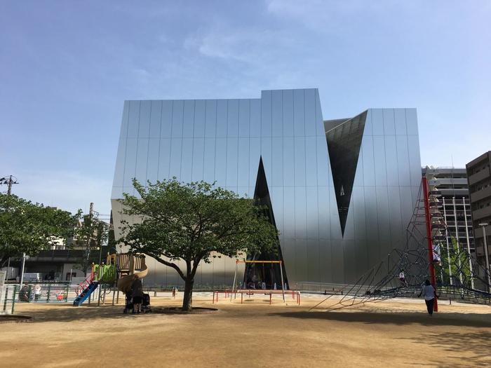 両国駅より徒歩5分、2016年11月に開館した「すみだ北斎美術館」。メタリックな外観が印象的な建物は、妹島和代氏の設計です。葛飾北斎が、現在の墨田区亀沢付近生まれ、90年の生涯のほとんどを墨田区内で過ごしたことからこの地に「すみだ 北斎美術館」を開設したそうです。