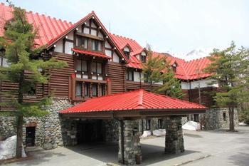 松本観光での宿泊には、赤い屋根が印象的なクラシックホテル「上高地帝国ホテル」に泊まってみてはいかがでしょう?松本市からは、松本電鉄新島々へ30分、新島々より松本電鉄バスにて約1時間15分とだいぶかかりますが、山岳のリゾート地として知られ、北アルプスの雄大な景色をそばに堪能できます。