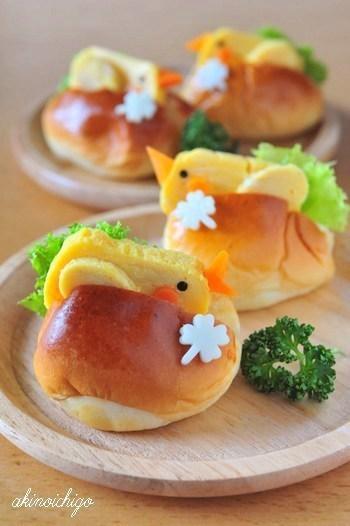 小さなロールパンに、卵焼きの小鳥がちょこんと挟まったサンドイッチです。これは可愛すぎる…。お弁当に持って行って注目の的になること間違いなしでしょう。