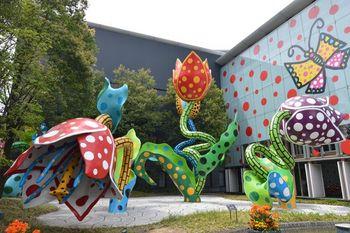 松本は、アーティストの草間彌生さんが28歳まで過ごした故郷。「松本市美術館」の入り口には、彼女の世界最大の野外彫刻作品《幻の華》が。ここでしか買えない限定グッズもあるそう。