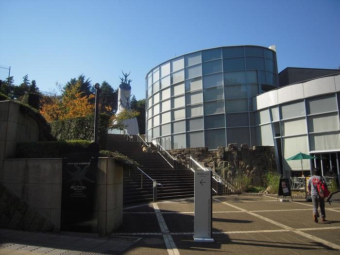 岡本太郎さんの産まれた川崎市にある「川崎市岡本太郎美術館」は、向ヶ丘遊園駅から徒歩で17分と、生田緑地の自然を楽しみながら訪れたい場所です。