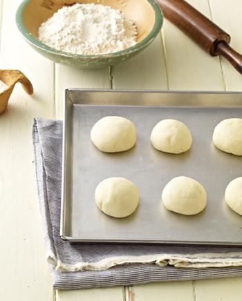 ホームベーカリーも持っていないし、手作りのパンって時間がかかって大変そう…、という方におすすめのパンがこちら。ベーキングパウダーで作るのでイースト菌の発酵要らずです。小麦粉も薄力粉で良いのが嬉しいですね。