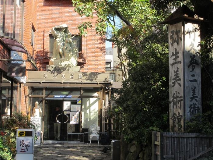 東京大学弥生門の前にひっそり佇む「竹久夢二美術館」は、1990(平成2)年に開館し、夢二に惚れ込んだ鹿野琢見のコレクション3300点を展示公開しています。年4回3ヵ月ごとに開催する企画展では、〈夢二式美人画〉からデザイン作品など常時約200~250点の作品を鑑賞できます。