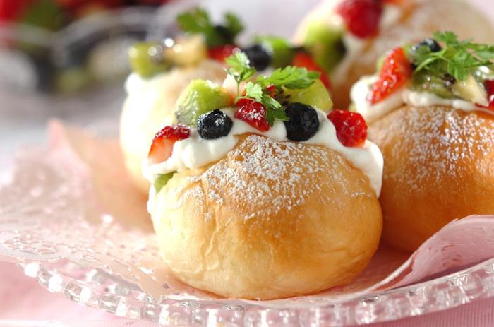 丸パンにさっぱりとしたヨーグルトクリームとフルーツを挟んだ、リッチなデザートサンドです。ケーキのような華やかな見た目も素敵。夏には冷蔵庫でしっかり冷やすと、いっそう美味しくいただけます。