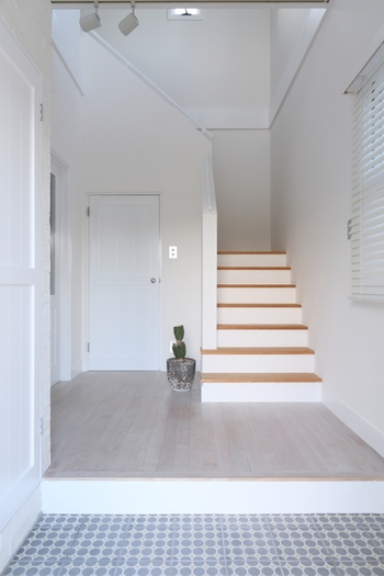 玄関はおうちの顔。家族やご近所さん、お客様に宅配と、いろんな人に見られる場所だから、少しでも清潔に心地よい空間にしたいもの。限られたスペースでモノも多い場所ですが、みんなはどんな風に整えているのでしょう?