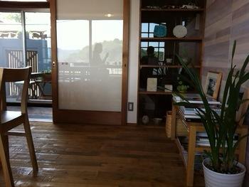 和室の雰囲気を大きく変えるなら、室内の中でも面積がもっとも大きい床と壁を変えるのが一番。  まずは、床からアイデアをチェックしてみましょう。   【画像は、広島県・尾道市の「さくらカフェ」】