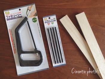 〈工具〉※全てダイソー ・ファミリーソー ・ファミリーソー替え刃 木工用 ・三つ目キリ ・木ネジ プラスドライバー&絵の具筆(自宅にあるものでOK)