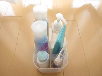 仕切り付きのプラスチックボックスは、スプレーや洗顔料などの化粧品類の収納にとっても便利。容器が倒れることもないので綺麗に収納できるのも魅力的ですね。