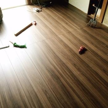 畳でも素敵なお部屋は作れるのですが、好きな雑貨やインテリアテイストに合わせる場合はフローリングが合わせやすいことが多いかと思います。  そんな時は、ウッドカーペットを使って手軽にフローリングの空間を手に入れてしまいましょう♪