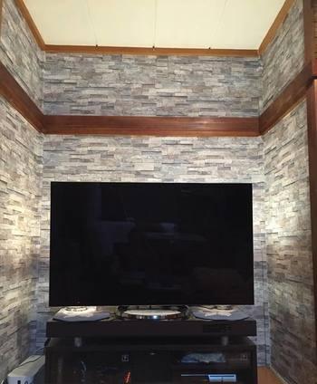 お部屋の壁が砂壁でポスターや額縁が飾れない……とお悩みの方も多いようです。  そんな方をはじめ、お部屋の雰囲気を大きく変えたい!という方には壁紙の張り替えがおすすめ。  シール付き壁紙や、マスキングテープなど、壁紙の種類もたくさんありますので、使いやすいものを選んでトライしてみてはいかがでしょうか。