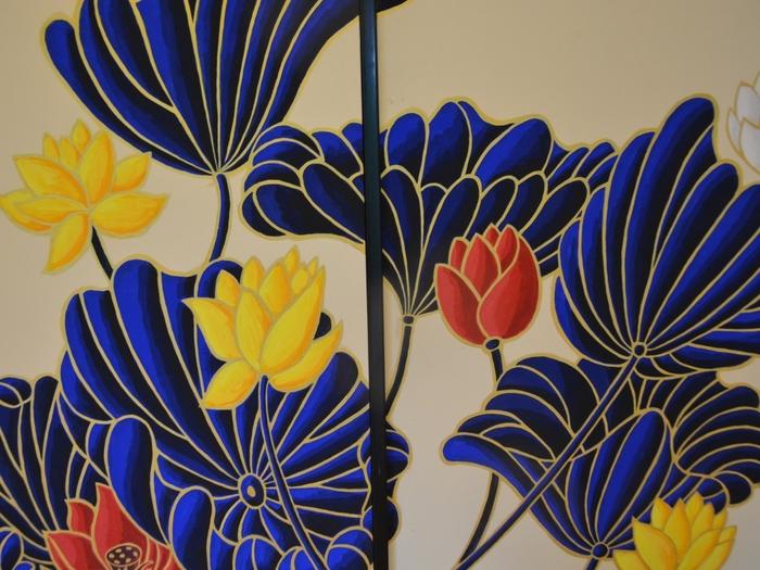 木村氏の障壁画は、大胆で繊細。生命を謳歌する植物や動物の姿を、活き活きと描くことで知られています。特に「華頂殿」の襖絵は、彼の代表作の一つ。門跡寺院特有の雰囲気に溶け込むように、優雅に描かれ、秀逸。歴史に残る障壁画です。