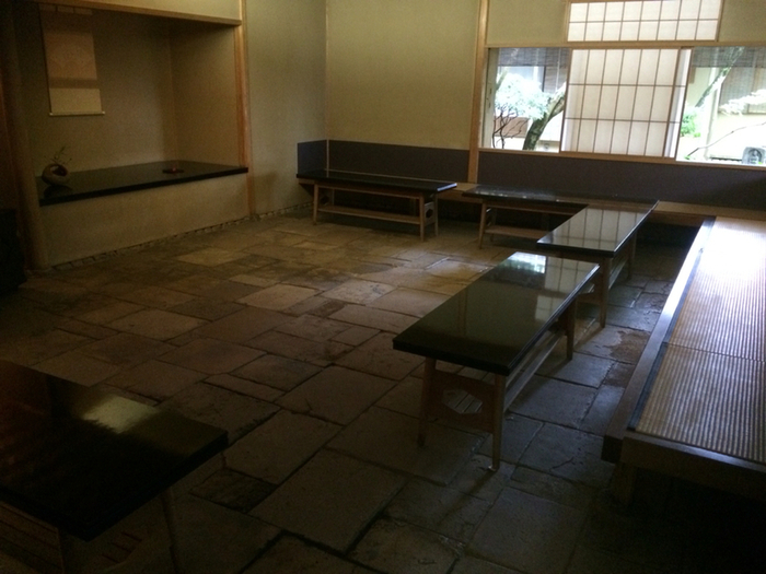 """""""茶室""""といっても「叶匠壽庵」は、畳の茶室と異なり、気楽に椅子席で楽しむお点前です。茶道の雰囲気そのままに、お抹茶と「叶匠壽庵」の季節の和菓子が頂けます。【店内「お茶席」。】"""