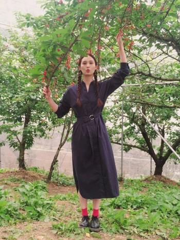 キレイめの濃紺シャツワンピースは、ぽってりとしたフォルムと差し色の靴下の色で遊んでみても◎