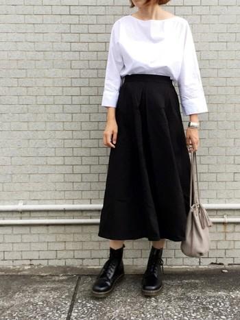 白のブラウスに黒のフレアースカート。シンプルなモノトーンスタイルは、足元にドクターマーチンを合わせてメンズライクきめてみてもいいですね。