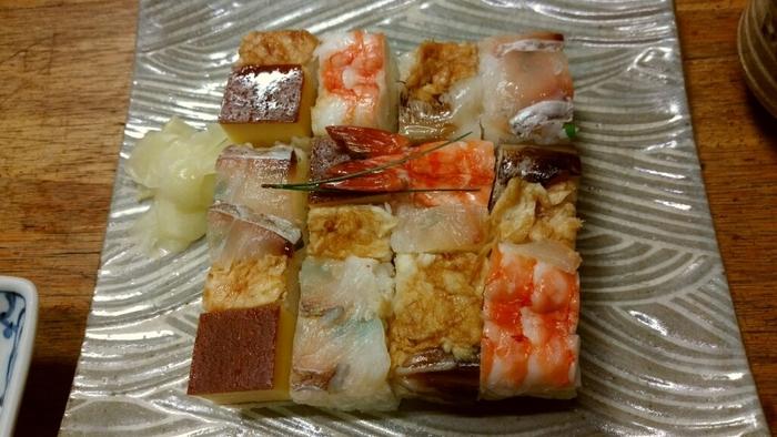 京都ならではの逸品なら、お勧めは「上箱寿司」。 鯛や海老、穴子や玉子等など、色とりどりの具材がのせられた押し寿司は、見目麗しく、彩り豊か。箸をつけるのが、勿体無い程に美しいお寿司です。  京都の寿司は、酢飯と具材の味付けのバランスが絶妙で、味わいが繊細で上品。しっかりと素材の味を感じられる点が魅力的です。テイクアウトして、車中で楽しみ、旅の最後を締め括るのもお勧めです。