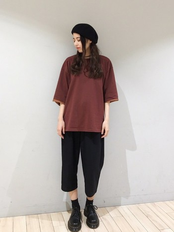 ビッグシルエットのメンズTシャツをクロップド丈の黒のパンツにゆるっと合わせたパンツスタイルに合わせて。パンツの丈と靴のボリューム感が絶妙です。