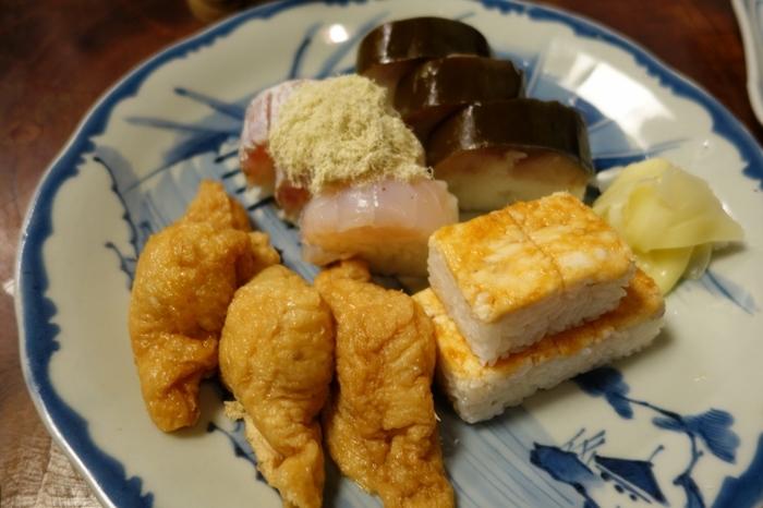"""京都で寿司と言えば""""鯖ずし""""ですが、箱寿司やいなり寿司、巻き寿司も、京都ならではの味わいがあります。  鯖寿司で人気の有名店ですが、鯖寿司以外も素晴らしく、特に「いなり寿司」は、""""八坂詣""""の定番土産、京都定番の味として古くから良く知られています。【鯖寿司、ぐじ)甘鯛)寿司、いなり寿司の入った「盛り合わせ」】"""