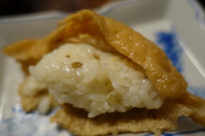 「いづ重」のお稲荷さんは、大きな三角形。甘く煮上げたお揚げは、風味良く、山椒の実を混ぜた酢飯とのバランスが絶妙。京都人が愛する、絶品のいなり寿司です。