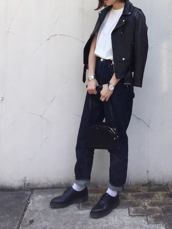 ドクターマーチンはカジュアルなデニムとの相性も抜群です。ワンウォッシュジーンズと白ソックスで、ちょっぴりきちんと感のある着こなしです。