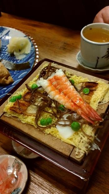 「いづ重」では、定番の鯖寿司やいなり寿司、巻き寿司の他、鱧やぐぢ(甘鯛)、鮎といった旬の素材を用いた季節のお寿司等もありメニューは、実に豊富。  盛り合わせも各種揃っているので、お腹の空き具合や好みに応じて注文ができます。【冬限定の「蒸寿司」。】