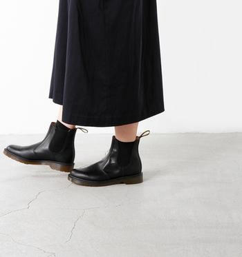 スムースレーザーサイドゴアブーツは、側面にゴムで着脱も楽々。靴ひもが無い分メンズライク感が抑えられ、スカートスタイルにも合わせやすいのが特徴です。