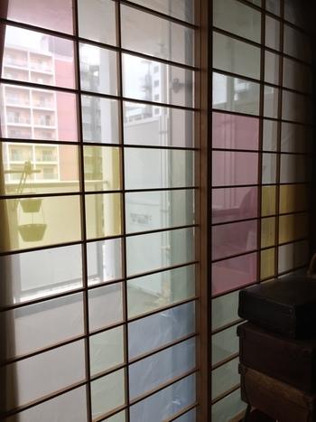 障子も、作りたいお部屋のイメージに合わせてアレンジしてみましょう。  こちらはオーガンジー素材のファブリックを障子紙として使ったもの。  カラーをところどころ変えるだけで、ステンドグラスのような仕上がりに!  オーガンジーだけでなく、お気に入りのファブリックやレースを使うのも良いアイデアかもしれませんね。
