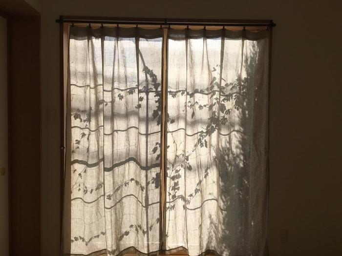 場合によっては障子戸が不要なこともあるかと思います。  そんな時は障子戸を取り、こちらのようにカーテンをつけるのも良いアイデアですね。