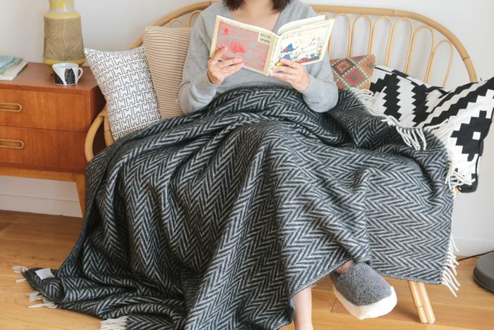 肌寒く感じたら、まずは毛布を体にかけて暖かくしましょう。それほど寒さが厳しくなければ、これだけでも暖房を使う頻度がかなり少なくなります。上質なブランケットは肌触りが心地よく、手放せなくなってしまう柔らかさ。お気に入りのアイテムをいくつか揃えておくと、気分によって使い分けることもできますね♪