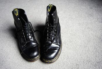1945年にドイツの医師が独自のエアークッションソールの開発をして誕生した「Dr.Martens(ドクターマーチン)」。後にビートルズやローリングストーンズなども愛用した靴として有名です。