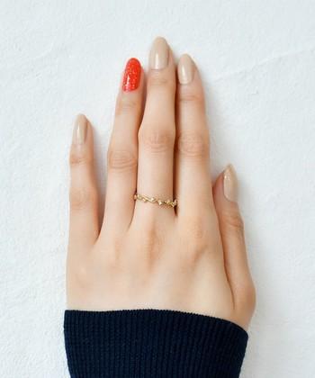 肌馴染みの良いシンプルなベージュネイルは、手元をナチュラルで清潔感のある雰囲気にしてくれます。暖色のオレンジカラーであたたかみのあるアクセントを加えて。