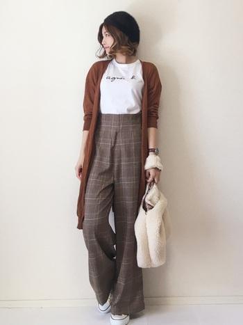 アウターとパンツの色がシンクロして、とっても秋らしいです。シンプルなTシャツにトップスインすれば足長効果も◎