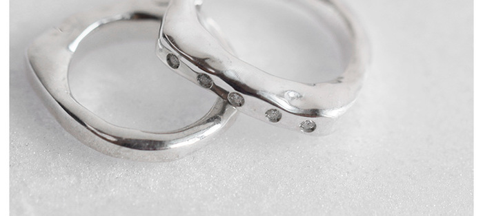 上のリングは、他にもいろいろな形が揃っていて、こちらのリングもその一つ。小さなダイヤが5つ埋め込まれたシルバーリングです。
