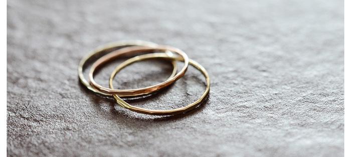 シンプルで華奢なゴールドリング。叩いて作られる繊細な角張りが、光を反射して輝きます。上品な淡い色合いのゴールドで、重ね付けも楽しめます。