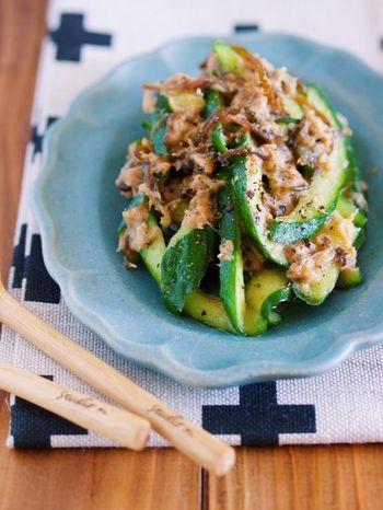 サラダの定番、きゅうりとツナで作れる和風おつまみのレシピです。塩昆布やごま油で和えることで、やみつきになる味に。