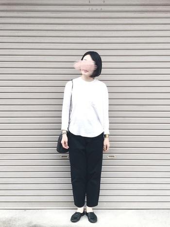 シンプルなモノトーンコーディネートは、自分のスタイルに合ったものを選ぶからこそ素敵に見えます。重すぎず軽すぎず、白×黒のバランスも絶妙です。
