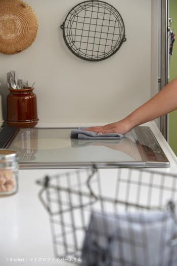 調理後の油が飛んだIHの天板も水で濡らして固く絞ったマイクロファイバークロスで拭いておくだけで、こびりつくのを防げます。