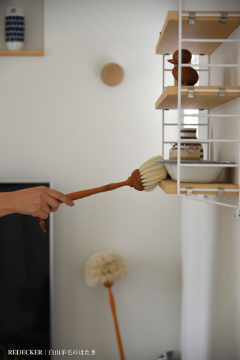 やわらかい羊毛を使ったレデッカーのブラシ。気になるところをひと撫でするだけで、汚れが溜まりにくくなります。
