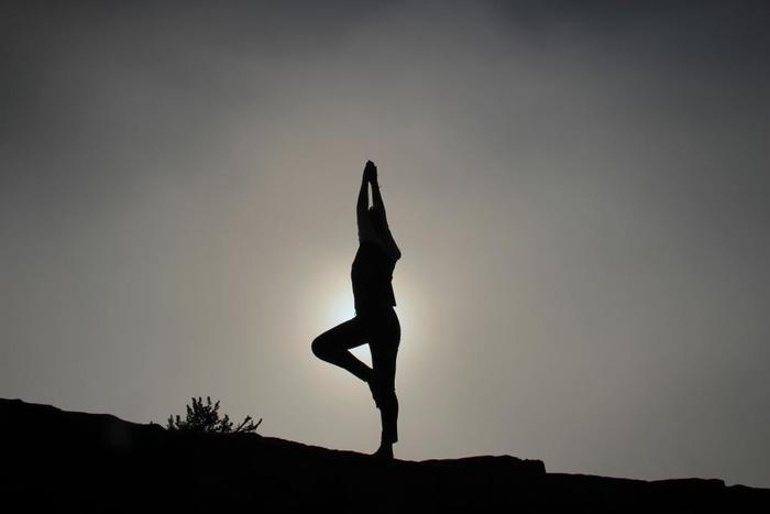 ヨガの世界でも月は大きく関係していますよ。エネルギーを高め躍動感に溢れる「太陽礼拝」と対極にあり、エネルギーを沈め安定させる「月礼拝」です。太陽礼拝では男性的なエネルギーを高め、月礼拝は女性的なエネルギーを高めるとされています。月のポーズや三日月のポーズなどがあり、続けると女性らしい柔らかくしなやかな体へとうれしい変化があるのだそうです。