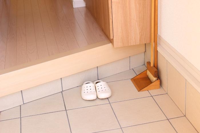 玄関をささっと掃除するためには、まず靴をきちんと片づけておくことが大切です。その日に履いた靴以外は、すべて下駄箱に収納するように心がけましょう。綺麗な玄関は、運気をアップしてくれます。