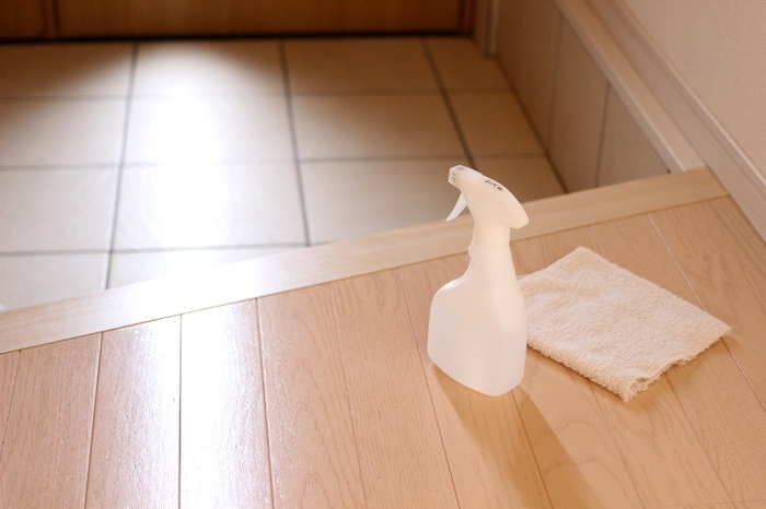 いつの間にか汚れてしまう玄関タイルには、セスキ水をかけてウエスで軽く拭き掃除をしておきましょう。雑巾と違って、使い終わったらそのまま捨てることができるウエスは玄関掃除には欠かせないもの。セスキ水と一緒に手が届くところに置いておきましょう。