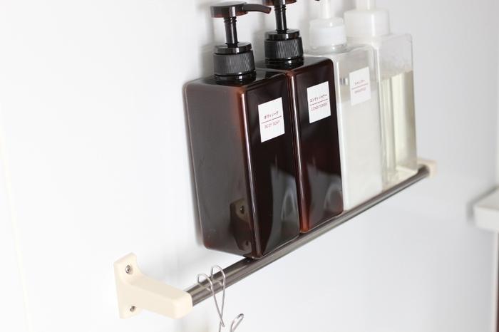 シャンプーやボディソープなどのボトルは、床に直置きするとぬめりが出やすくなるアイテムです。使い終わったら、こんな風にバーの上の水を切るようにして置いておけば、ぬめりが出ることもなく、清潔に使い続けることができます。