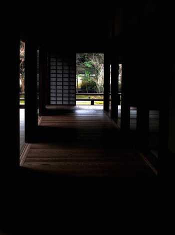 広い境内には、本堂や宸殿、華頂殿(書院)をはじめとして、小御所、叢華殿、好文亭(茶室)等があり、茶室を除く各建物は、渡り廊下でつながれています。