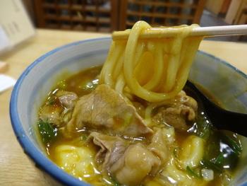 出汁がよく効いたカレーの汁と、京都ならではの柔らかいうどん。そして、肉とチーズの旨味と濃厚なコク。それぞれの風味が三位一体となる幸せは、「おかる」ならではの味わい。秋冬の寒い季節にこそ、食べたくなる逸品です。
