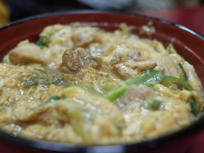 """うどん店として名が通っていますが、蕎麦や中華そば、ご飯物や甘味も揃い、メニューは実に豊富。財布に優しく、リーズナブルに京都の味が楽しめます。 【京都ならではの""""九条ねぎ""""がたっぷり入った「親子丼」。山椒の風味が効いて一味違うと評判です。】"""