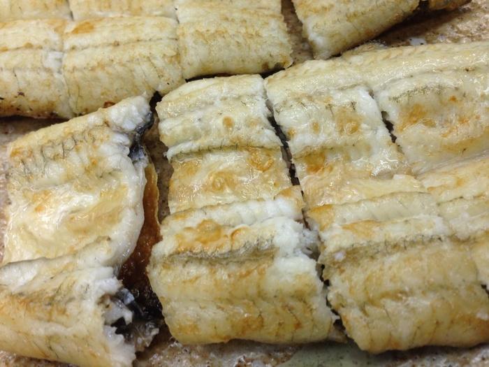老舗の鰻店であっても、値段はリーズナブル。うな重やうな丼、肝焼きや白焼き等の一品料理がありますが、「かね正」で食べるなら「きんし丼」が、イチオシ!【皮がパリッ、身がふっくらと焼き上げられた「白焼き」】
