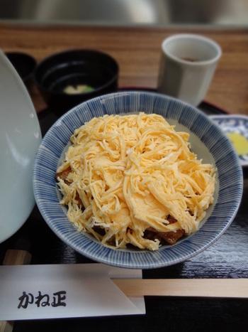 きんし丼は、丁寧にタレをまぶしたご飯に、香ばしく焼かれた鰻をのせ、その上に錦糸卵をたっぷりのせた丼です。