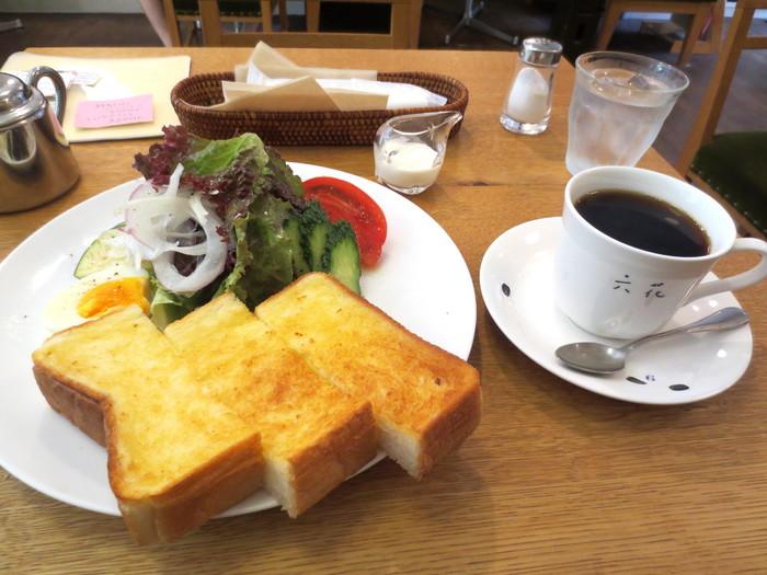 京都の有名ベーカリー「進々堂」の厚切り食パンをを焼いたトーストは、たっぷりとバターが染み込んで、サクッともっちり。「六花」自慢の新鮮野菜のサラダもたっぷりと添えられ、ゆで卵も付いています。【モーニングBセット】  六花の手作りのケーキやスウィーツも人気。散策中に珈琲で一休みしたい方にもお勧めのお店です。