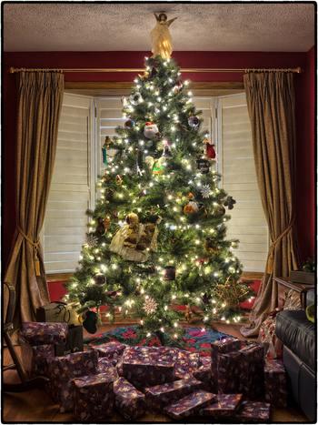 クリスマスツリーの足元を飾る「クリスマスツリースカート」というアイテムでデコレーションすると、クリスマスムードがさらにUPします。ツリーに飾るライトのコードなども隠せるオシャレアイテムです。