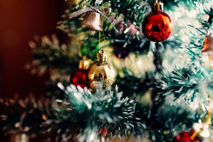 私たちを楽しませてくれる、クリスマスツリーの起源はドイツにあり、ドイツ地方の昔からの言い伝えでは「もみの木に宿る小人が幸せを運んでくれる」と言われています。こういった信仰から、ドイツの人々はロウソクや花を飾って、少しでも小人が宿ってくれるようにと願ったそうです。